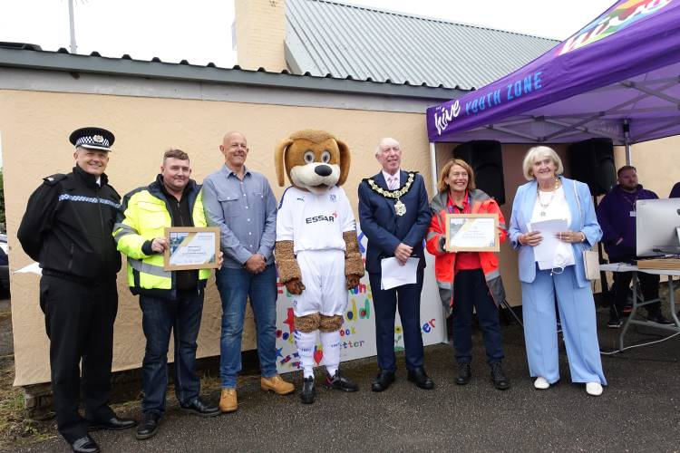 The Mayor presenting a certificate to Virgin Media & Wingnut